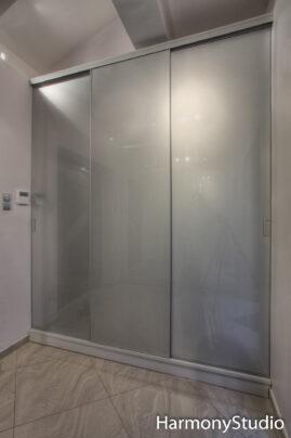 Szafa z drzwiami przesuwanymi w kolorze srebrnym