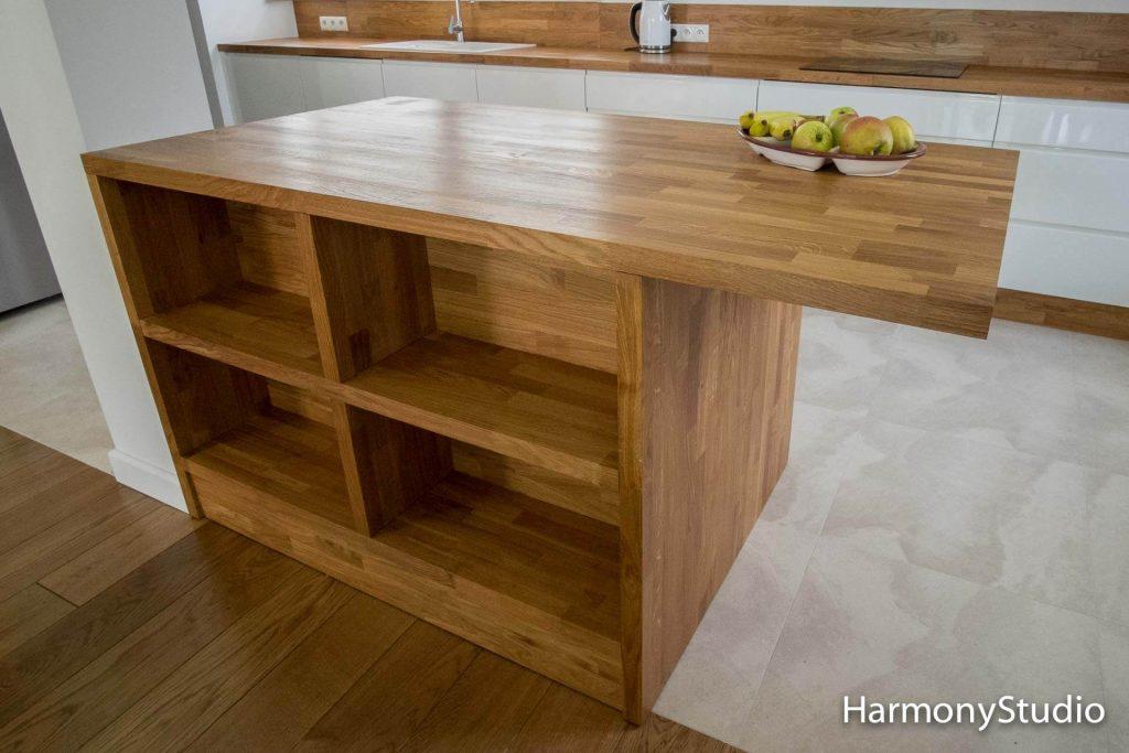 wyspa kuchenna z półkami z drewna