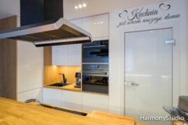 Kuchnia otwarta z drewnianym barkiem