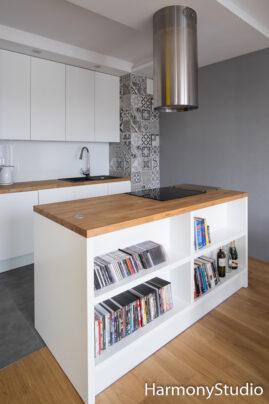 Wyspa kuchenna z półkami na książki