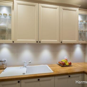 kuchnia na wymiar z przeszklonymi szafkami