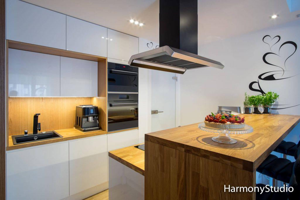 kuchnia otwarta na salon z drewnianym blatem