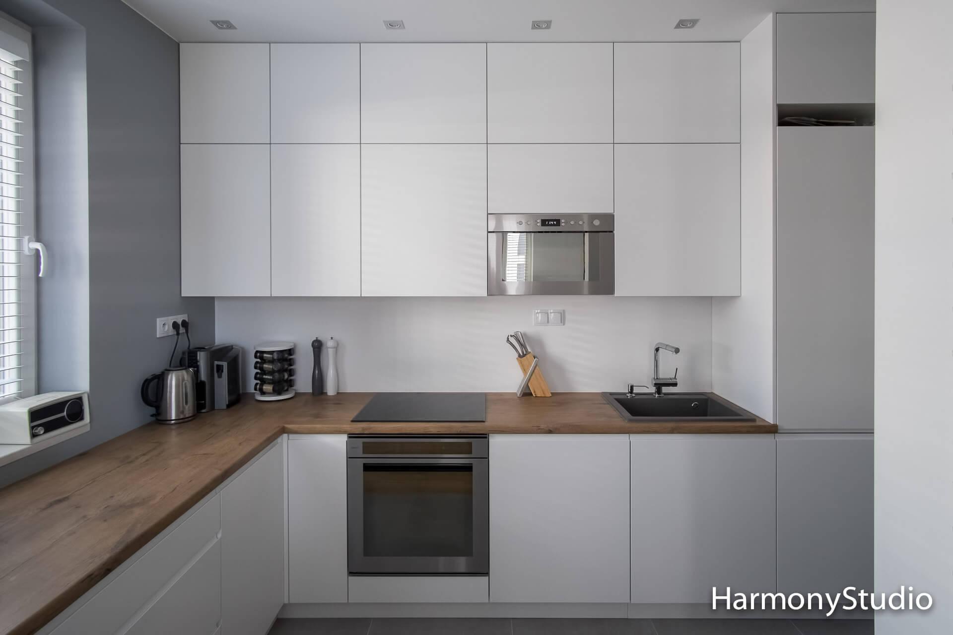biała kuchnia z blatem z laminatu